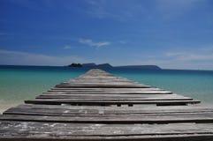 热带海滩和木码头,酸值荣海岛,柬埔寨 免版税库存图片