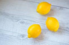 三个黄色柠檬 库存图片