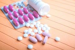 Ζωηρόχρωμες χάπια και ταμπλέτες στο υπόβαθρο Στοκ φωτογραφία με δικαίωμα ελεύθερης χρήσης