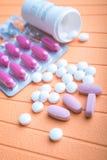 Ζωηρόχρωμες χάπια και ταμπλέτες στο υπόβαθρο Στοκ Εικόνα