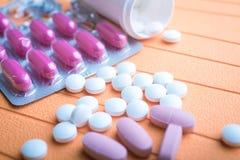 Ζωηρόχρωμες χάπια και ταμπλέτες στο υπόβαθρο Στοκ Φωτογραφία