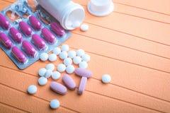 Ζωηρόχρωμες χάπια και ταμπλέτες στο υπόβαθρο Στοκ Φωτογραφίες