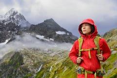远足的阿尔卑斯-瑞士山的远足者妇女 免版税库存照片