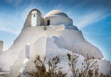 教会和十字架在希腊海岛上 免版税库存照片