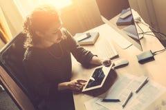 在家工作的少妇 免版税库存照片