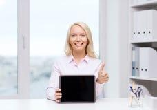 微笑的女实业家或学生有片剂个人计算机的 库存图片