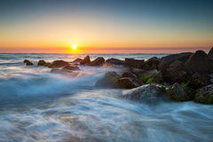 圣奥斯丁佛罗里达海洋与碰撞的波浪的海滩日出 库存图片