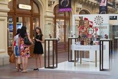 女孩谈话在香水部门附近 免版税库存图片