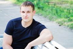 Ο νεαρός άνδρας στο πάρκο Στοκ φωτογραφία με δικαίωμα ελεύθερης χρήσης