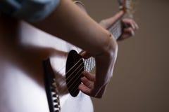 吉他弹奏者手关闭  库存图片