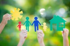 手中的议院和的家庭 免版税图库摄影