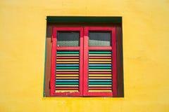 五颜六色的窗口和细节在殖民地房子 免版税库存照片