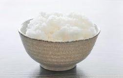 在碗的日本米在木头 免版税库存照片