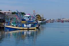 充分江边小游艇船坞商业捕鱼业小船 免版税库存照片