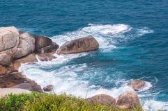 多岩石的海滩和流浪汉 免版税库存照片
