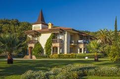 乡间别墅和美丽的绿色草坪 免版税库存照片