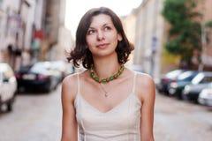 Νέα γυναίκα στην πόλη υπαίθρια Στοκ Εικόνα