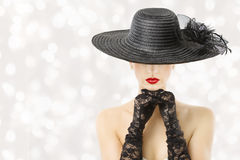 帽子和手套的,时装模特儿秀丽画象,女孩妇女暗藏的面孔,红色嘴唇 免版税库存照片