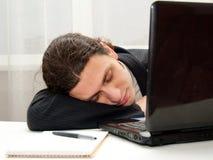 办公室工作者睡着在书桌 免版税图库摄影