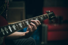 吉他脖子和手弦 库存照片