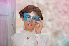 有面孔化妆舞会面具的无辜的妇女 图库摄影