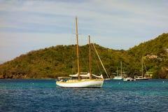 一条俏丽的巡航的游艇在加勒比 免版税图库摄影