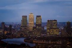 伦敦,金丝雀码头地平线在晚上 库存照片