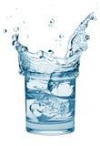 飞溅水的杯子冰 图库摄影