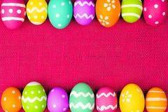 在桃红色的复活节彩蛋框架 免版税库存照片