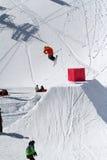 滑雪者在雪公园,滑雪胜地跳 图库摄影