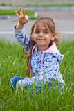 有堆的小女孩在手中 免版税库存图片