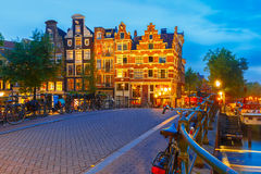 Άποψη πόλεων νύχτας του καναλιού και της γέφυρας του Άμστερνταμ Στοκ Φωτογραφία