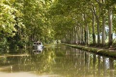 在米迪运河的旅游业小船 免版税库存图片