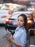 Женщина покупателя на Манхаттане, покупках Нью-Йорка имея Ла потехи Стоковое фото RF