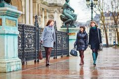 一起走在巴黎的三个快乐的女孩 免版税图库摄影