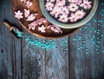 温泉背景用海盐、碗、花和水, 免版税库存图片