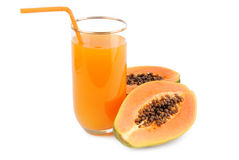 番木瓜果子和杯汁液 免版税库存照片