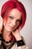 与生动的红色头发的模型 免版税库存图片
