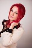 与生动的红色头发的模型 免版税库存照片