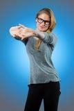 Жизнерадостная женщина ослабляя после работы Стоковая Фотография