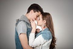 华伦泰夫妇 愉快的快乐的家庭 概念亲吻妇女的爱人 库存图片