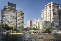Многоквартирные дома на банках реки Нила Стоковые Изображения RF