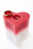金黄圆环和蜡烛在心脏塑造 库存图片