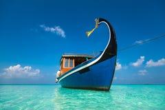 完善的热带海岛天堂海滩和小船 库存图片