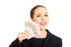 显示欧洲货币金钱的女商人 免版税图库摄影