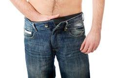 年轻人在他的裤裆的感觉痛苦 图库摄影