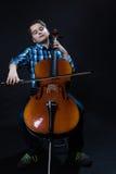 演奏在大提琴的年轻大提琴手古典音乐 免版税库存图片