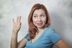 Молодая женщина показывая ОДОБРЕННЫЙ знак Стоковое фото RF