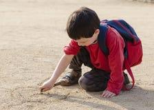儿童图画到沙子里 库存图片