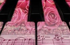 钢琴关键字和玫瑰 库存照片